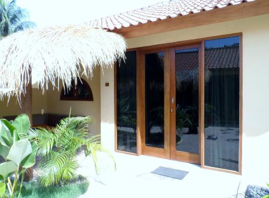 Laguna Gili Beach Resort: Front door of room