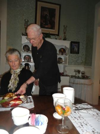 T'Frere's Bed & Breakfast: Pat Pastor serving breakfast to a guest