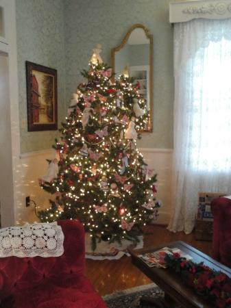 T'Frere's Bed & Breakfast: Christmas tree in the living room