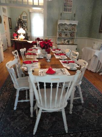 T'Frere's Bed & Breakfast: the dining room