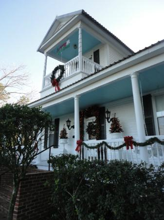 T'Frere's Bed & Breakfast: the main house decorated for Christmas
