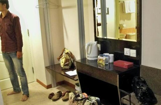 Fragrance Hotel - Emerald: water kettle and grooming area. no wardrobe at all (deluxe room)