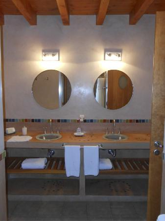 Lirolay Suites: Bathroom, great design.