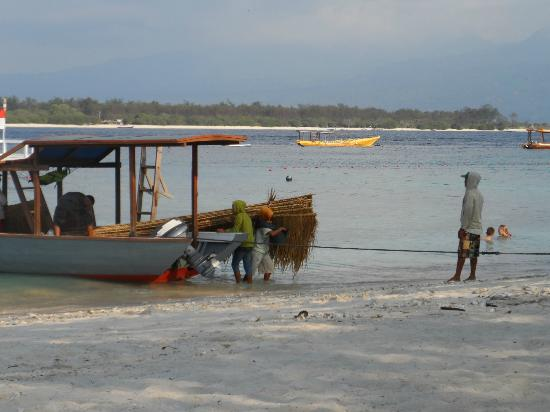 Laguna Gili Beach Resort: Watching workers unload boat. only way to get supplies to Island