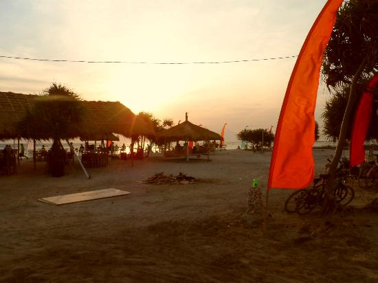Laguna Gili Beach Resort: sunset paradise. Great food and bar to watch sunset must see