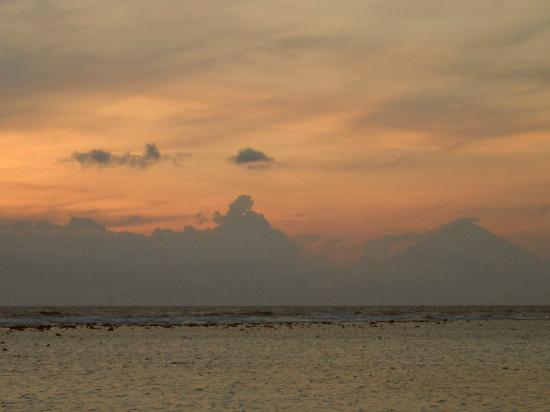 Laguna Gili Beach Resort: Sunset
