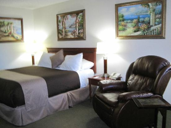 O'Cairns Inn & Suites: Bed & nice chair to sit in