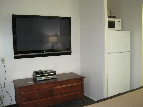 O'Cairns Inn & Suites: Huge flat screen & full fridge