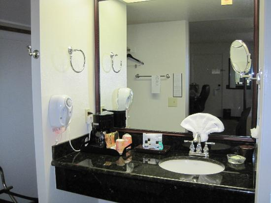 O'Cairns Inn & Suites: Bathroom sink area