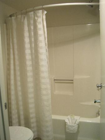 O'Cairns Inn & Suites: Bathroom shower
