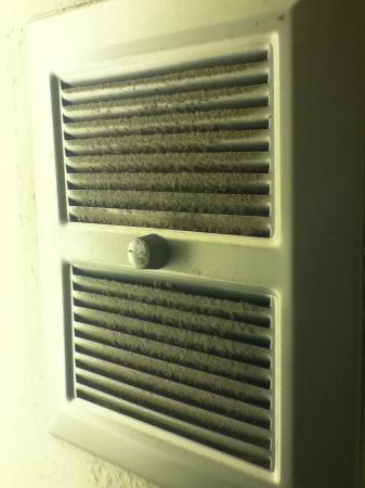The Wharf Inn : dirty fan in bathroom