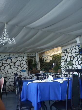 Mano's Greek Tavern: tables