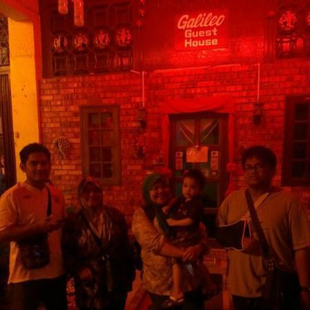 Waktu malam di hadapan Galileo guest house.