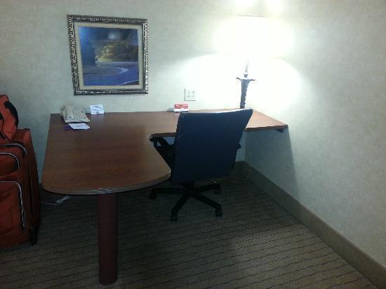 Baymont Inn & Suites Indianapolis South: Work Space in the Room