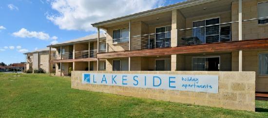 Lakeside Holiday Apartments: Lakeside Holiday Apartment steetscape