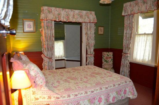 Capers Guest House: Bedroom with a spa in the bathroom
