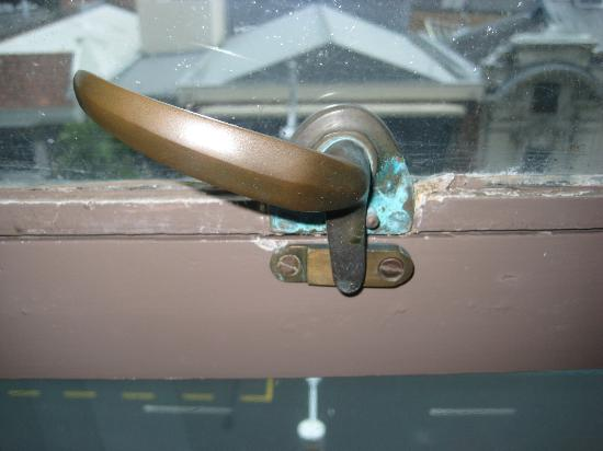 Scenic Hotel Auckland: Window latch