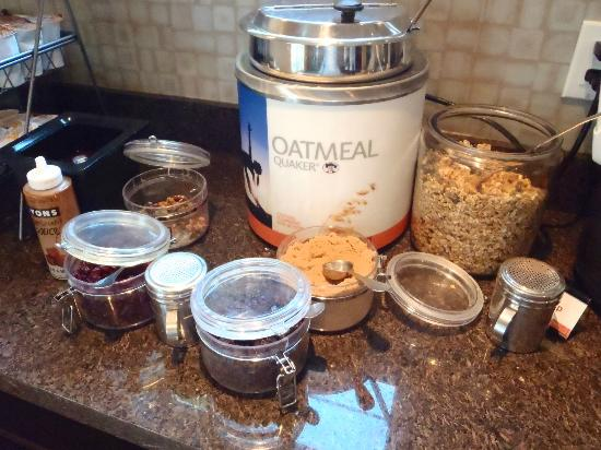 Residence Inn San Diego Rancho Bernardo/Scripps Poway: Oatmeal station & all the fixins