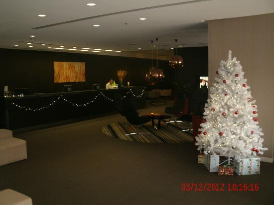 Hotel Jen Brisbane: Lobby in Christmas Spirit