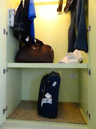 Kingston Suites Bangkok: Spacious cupboard