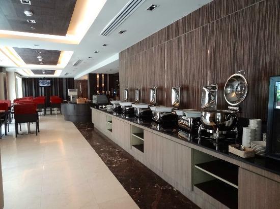 Kingston Suites Bangkok: Spacious restaurant area