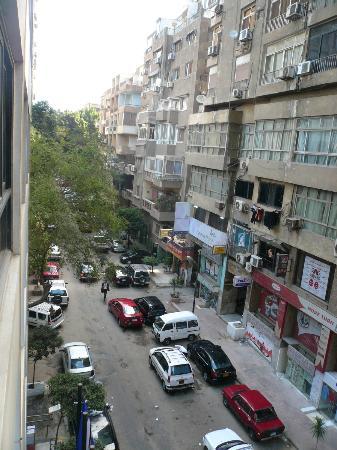 Golden Tulip Flamenco: La calle a donde dan las ventanas de las habitaciones