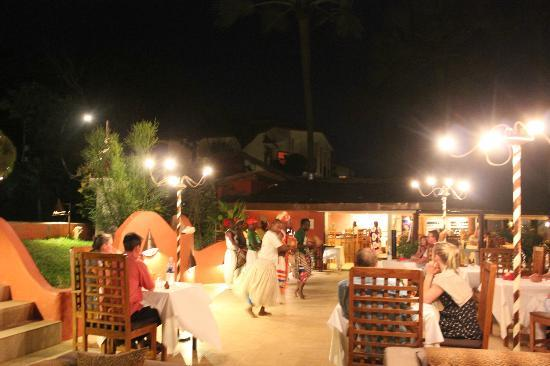 Ngala Lodge: Enjoy your evening meal with entertainment.