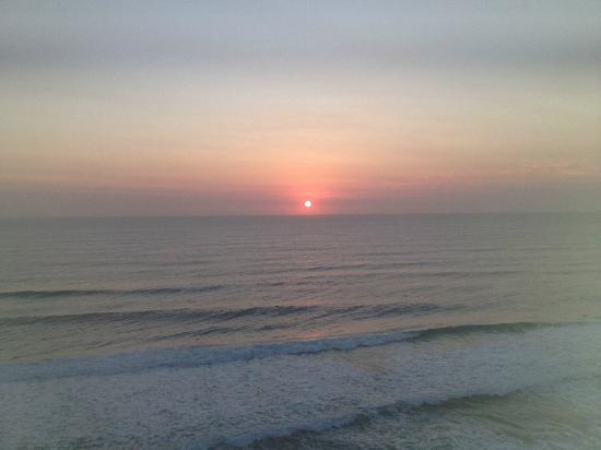 Golden Sands Holiday Apartments: Sunrise from Bedroom