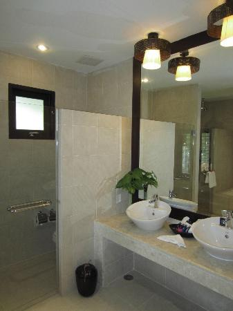 Rawi Warin Resort & Spa: large bathroom