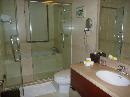 Mercure Xian on Renmin Square: Bathroom with wet area