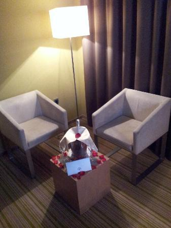 Hotel Sotelia: Champagne on coffe table