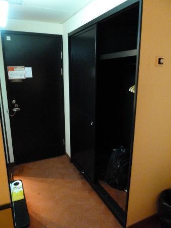Hotel Orbis Wroclaw: View of closet and room door