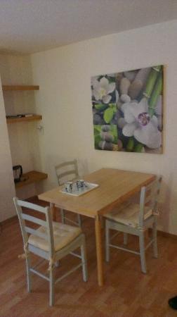 Hotel Astoria: coin salle à manger dans la chambre