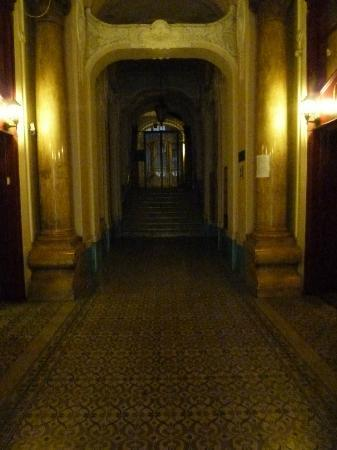 City Hotel Matyas: Dark main hallway into the hotel at night. I would assume it would be scarry to an older lady