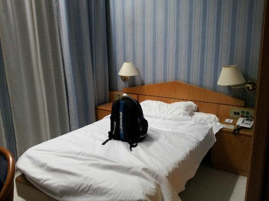 Hotel Mondial: size of the single bad room.the bed is short.
