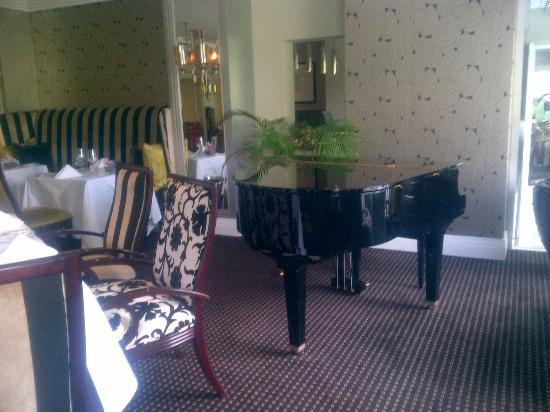 The Marion on Nicol: dining room - live piano