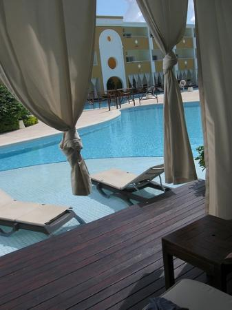 The Royal Suites Turquesa: Patio from our swim-up suite