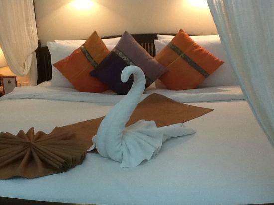Royal Phawadee Village: Swan made from bath towel on arrival deluxe suite