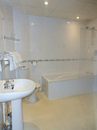 Burley Court Hotel: Large clean bathroom