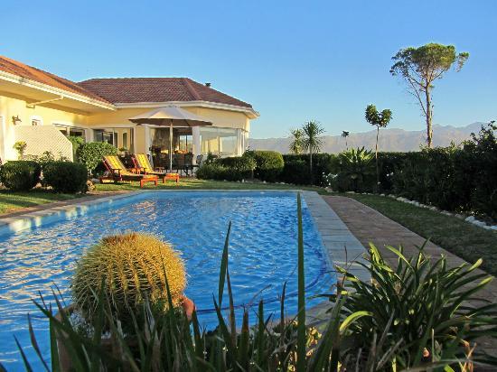 Somerset Sights B&B: Blick über den Pool auf das Haus und die Berge