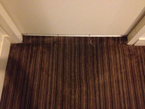 Causeway 353 Hotel : Wet carpet outside bathroom