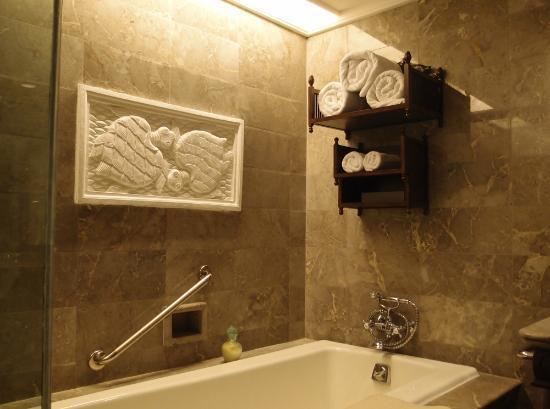 INTERCONTINENTAL Bali Resort: Artistic Bali Style Club Room-Bathroom Deco 