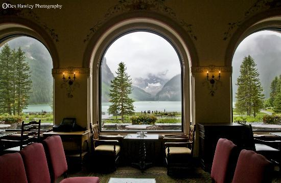 Fairmont Chateau Lake Louise: Lounge with a view