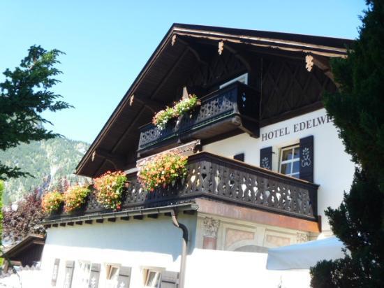Hotel Edelweiss: 花のバルコニー
