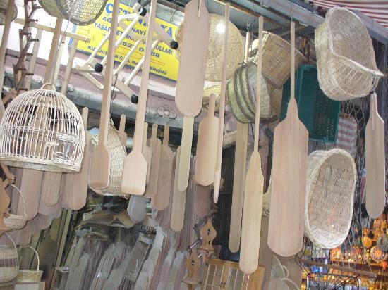 Cagaloglu: Utensili artigianali in vendita in una bottega del mercato.