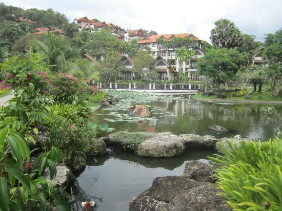 Rawi Warin Resort & Spa: Pond and villas and houses on hill