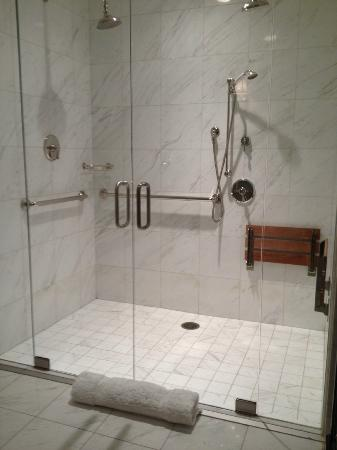 Hotel Les Mars, Relais & Chateaux: bathroom with three shower heads