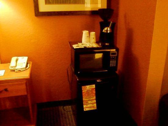 Best Western Pioneer Inn & Suites: fridge and microwave