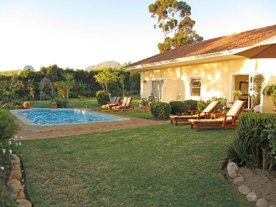 Somerset Sights B&B: Blick über den Pool auf Garten und Helderberg