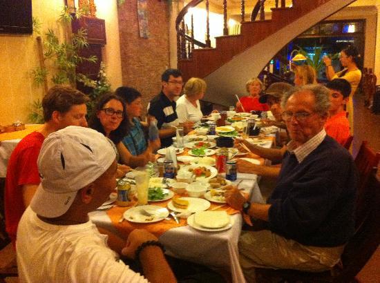 Nhi Nhi Hotel: diner le mec à la casquette cest moi